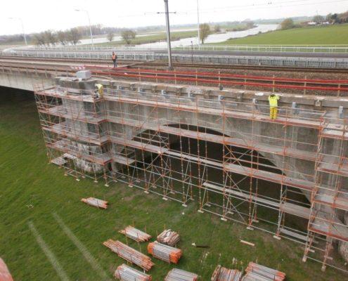 Reparatie aan beton van spoorbrug